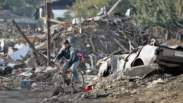 Tras el temblor de hace casi un año, aumentaron los pobres en Chile
