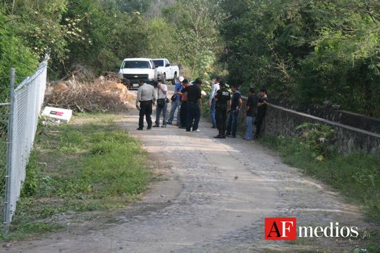 Encuentran cadáver de mujer envuelto en sábana en canal de Colima