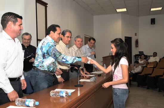 """Entrega la Fundación """"Universidad Popular de  Colima"""" becas de reembolso a tres estudiantes"""