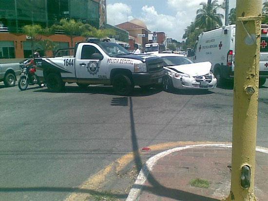 Impactan patrulla de la PEP y automóvil