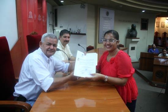 Foto: AFmedios / Diana Gabriela Gutiérrez Calderón recibe su acreditación como diputada electa, antes de que la sala regional determinara lo contrario