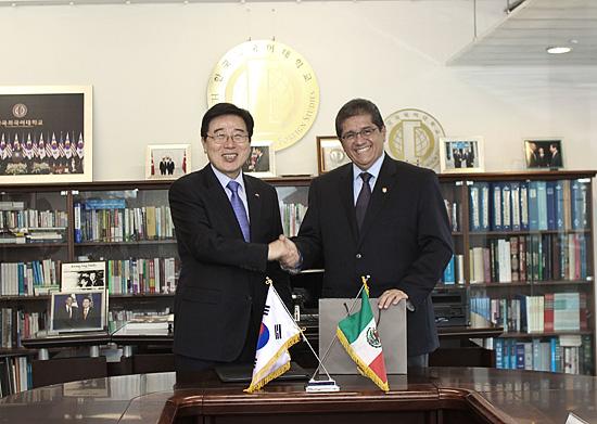 Difunde Hernández Nava fortalezas de Colima y de la UdeC, en Corea