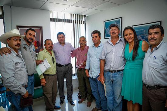 Virgilio Mendoza entrega apoyo económico a productores de café