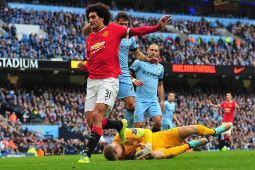 El belga Fellaini niega haber escupido a Agüero en derbi de Manchester