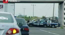 Chofer de trailer golpea patrulla Federal y fractura a policía