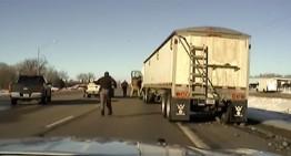 Policía salta a cabina de camión en movimiento
