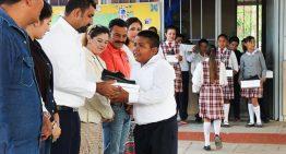 Alcalde de Cuauhtémoc entrega calzado gratuito a estudiantes de Buenavista