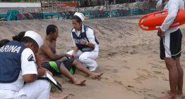 En Manzanillo, Semar rescata a tres turistas en peligro de perder la vida