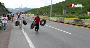Normalistasde Ayotzinapa protestan en Autopista del Sol