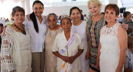 Grupos de Tercera Edad agradecen apoyos de Gaby Benavides