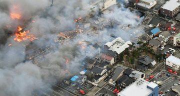 Incendio consume al menos 140 casas en ciudad costera de Japón