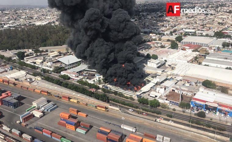 Empresa de pinturas se incendia en Guadalajara