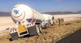 Doble semirremolque de pipa de gas sale de autopista