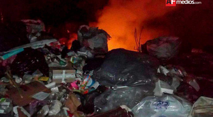 Incendio afecta patio de reciclaje cerca del tiradero Municipal de Manzanillo