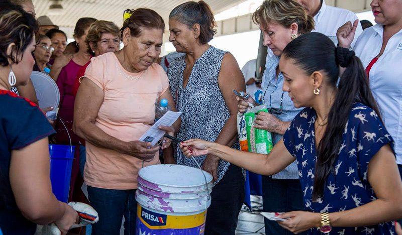 Entrega DIF Manzanillo pescado a bajo precio