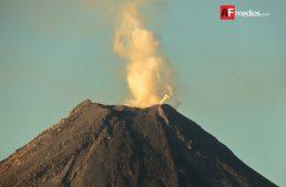 Volcán en desgasificación y con explosiones menores: RESCO