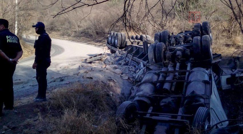 Volcadura de trailer en carretera federal 80 en Jalisco