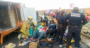 Volcadura deja un fallecido y 18 lesionados
