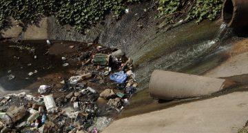 En el mundo, 2 millones de personas beben agua contaminada: OMS