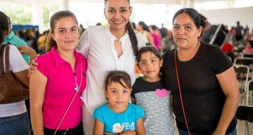 Gaby Benavides entrega becas a la excelencia académica