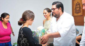 Entrega FEC 70 becas de alimentos a estudiantes foráneos