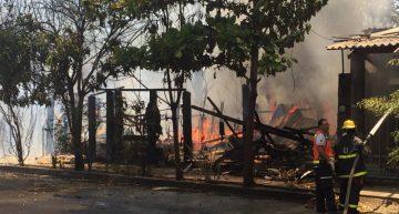 Incendio consume viviendas de madera en predio de Colima