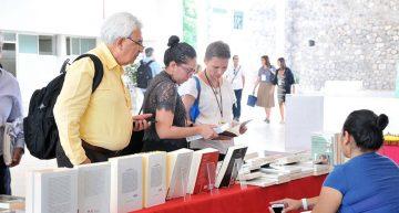 Ofrecen stand de libros y productos artesanales en el II Simposio Internacional de Comunicación