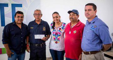 Entrega Gaby Benavides apoyos a bomberos