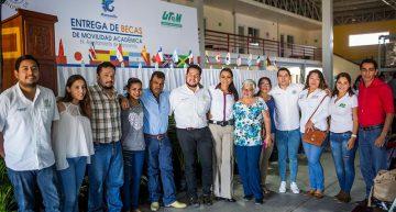 Agradecen estudiantes a Gabriela Benavides por becas de movilidad