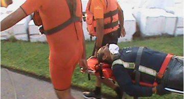 Navales auxilian a persona a punto de ahogarse en el Puerto Interior