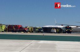 Camión de servicio choca con ala de avión de Aeromexico en LAX