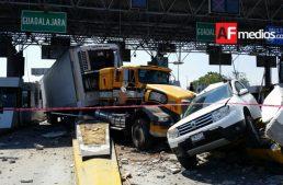Tráiler sin frenos impacta camioneta de Colima en carretera Gdl- Tepic