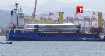 Arriba buque Xingang; trasporta hélices de generadores eólicos