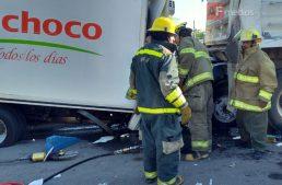 PC Jalisco rescata vivos a dos prensados en choque