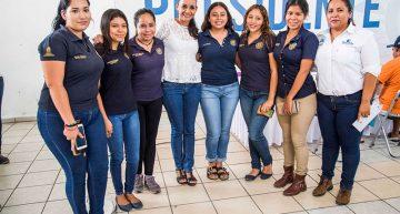Agradecen estudiantes apoyos de Gaby Benavides