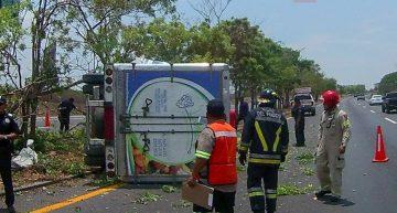 Camioneta vuelca en autopista Colima-Gdl
