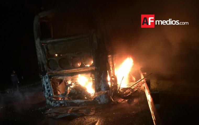 Pasajero incendia autobús y muere calcinado en Autopista Occidente