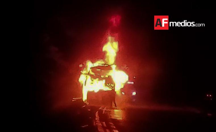 Pasajero quema camión de ETN en Michoacán y muere calcinado