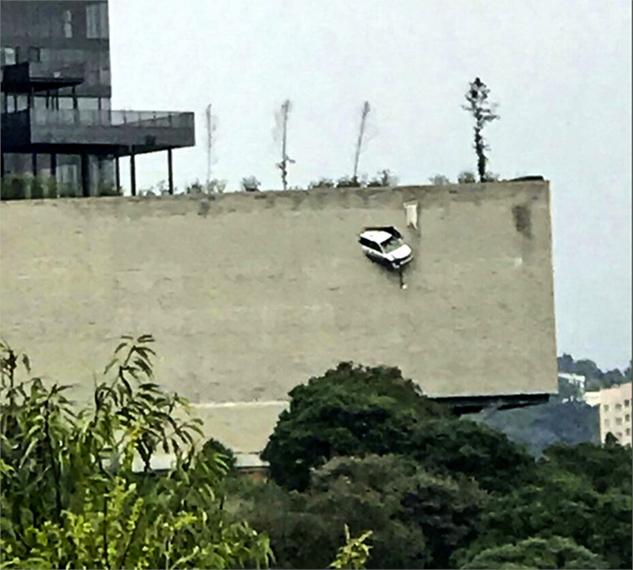 Camioneta atraviesa muro en último piso de estacionamiento en CDMX