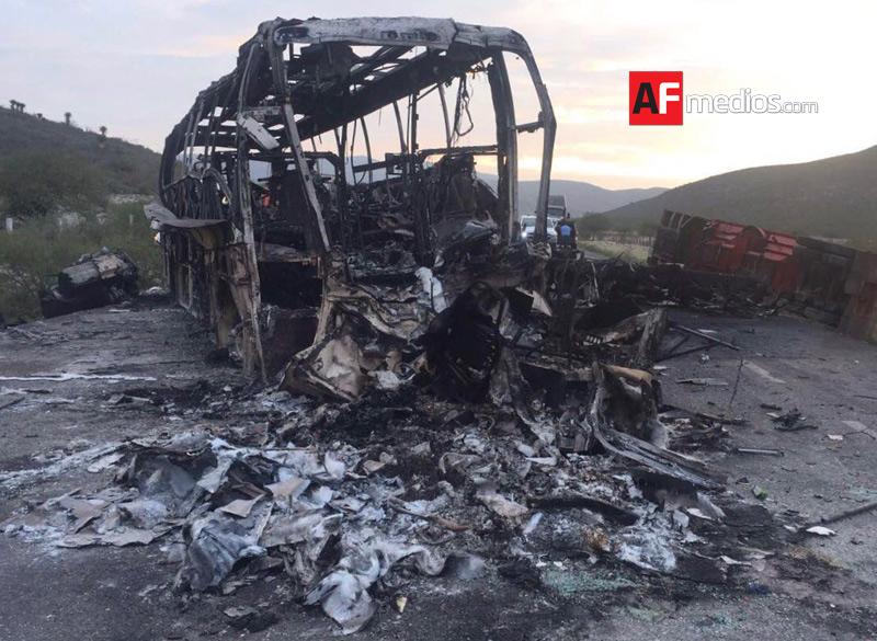 Brutal choque entre autobús y trailer deja 7 muertos