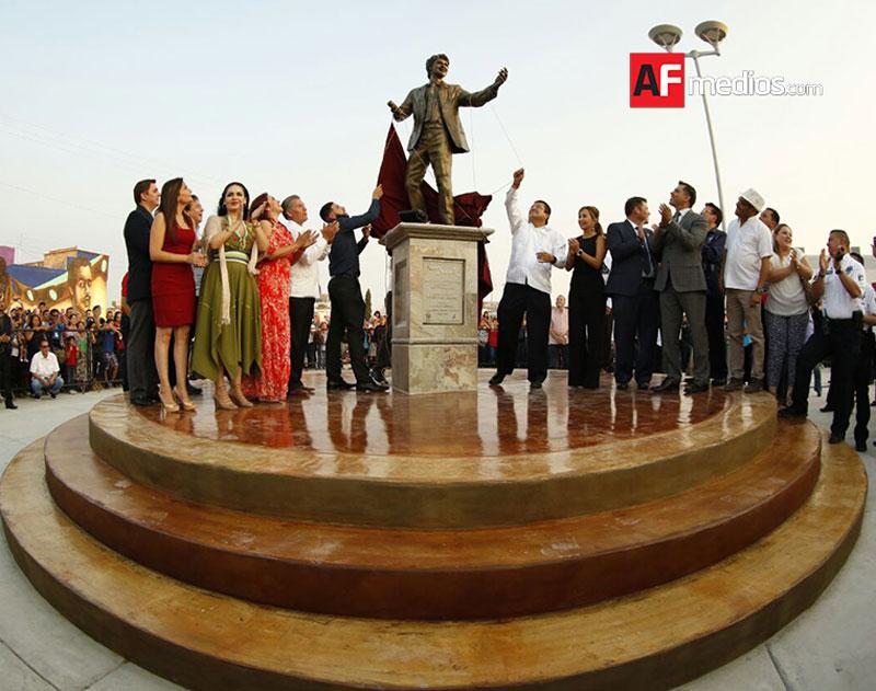 Inauguran Paseo de las Estrellas con huellas de Juan Gabriel