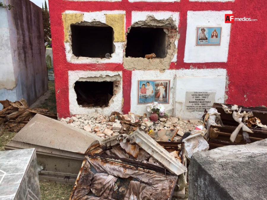 Roban restos óseos de tres tumbas en panteón de El Salto