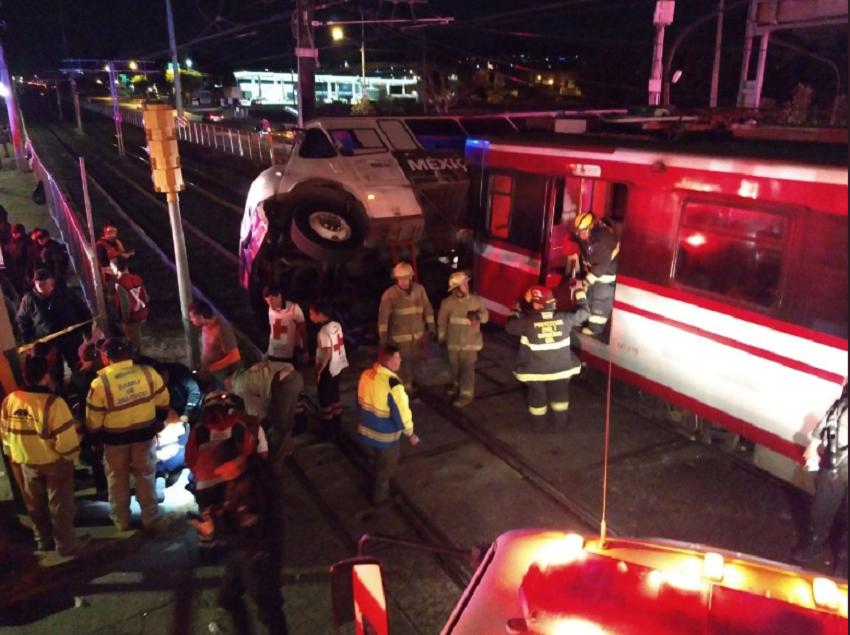 Choque entre un camión y el Tren Ligero deja 3 lesionados
