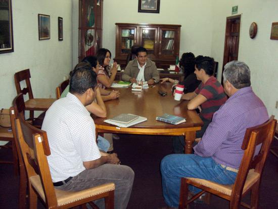 Ciclistas acuerdan trabajo en equipo con alcalde de Comala