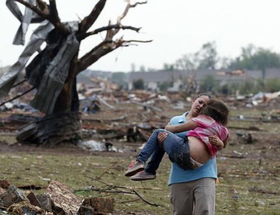Oklahoma reduce cifra de muertos por tornado en medio de búsqueda