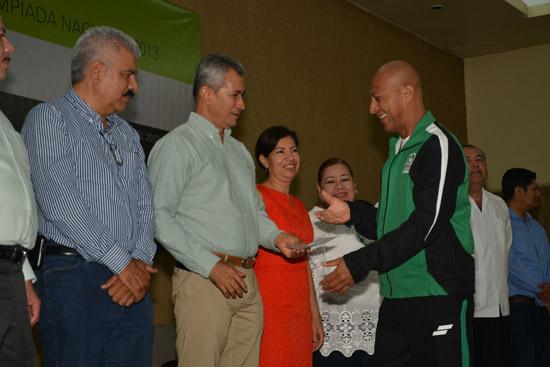 Gobernador entrega 178 mil pesos a atletas colimenses