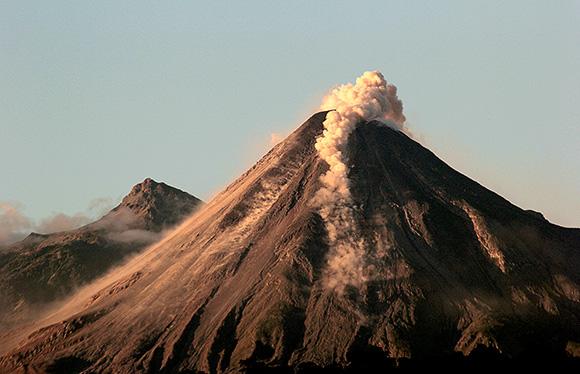 Gobiernos de Jalisco y Colima acuerdan renovar equipo de monitoreo volcánico