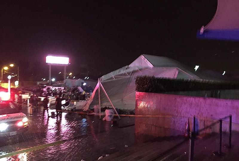 Toldos anexos al auditorio telmex colapsan por lluvia hay for Toldos para lluvia