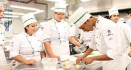 Practican estudiantes de Gastronomía