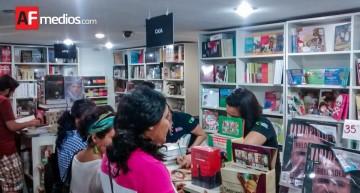 Casi 200 personas compraron libros en venta nocturna de la Librería del FCE